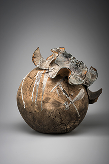 PENNY SMITH Raku Form 1 1972, raku fired. Collection of Bathurst Regional Art Gallery, purchase. Winner Carillon City Festival Art Award 1972. Greg Piper Photography